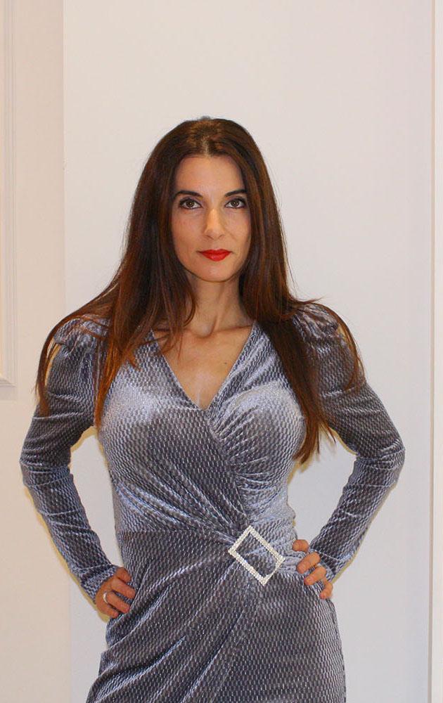 vestido luna gris de terciopelo con broche en cintura