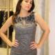 vestido gris corto con detalles en el pecho