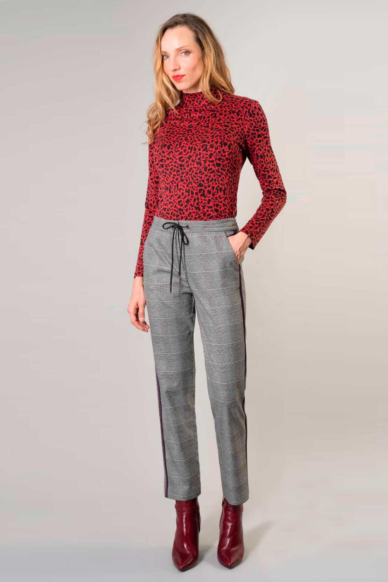 Pantalón gris con lineas rojas
