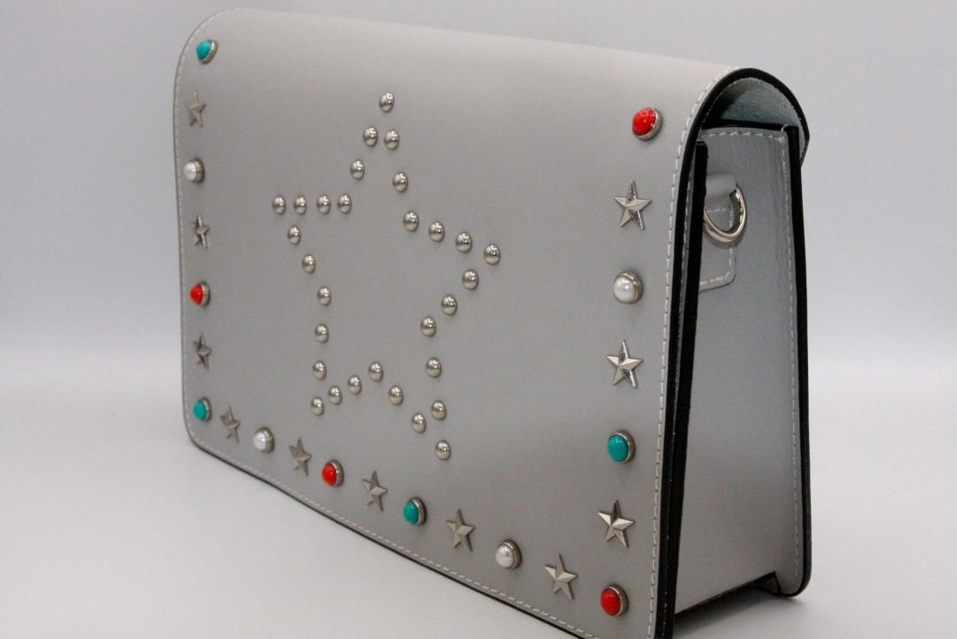 bolso cartera con tachuelas